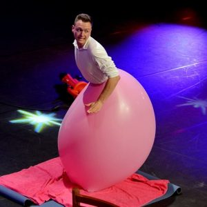 Evert van Asselt in Hollands Got Talent met reuze ballon act